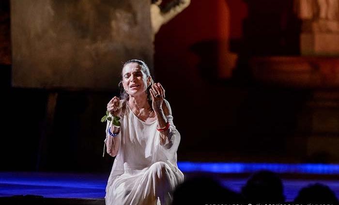 """Al Teatro Brancaccio va in scena Lina Sastri in """"Pensieri all'improvviso""""."""