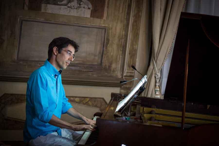 """""""Intervento chirurgico"""" accompagnato da un pianoforte acustico."""