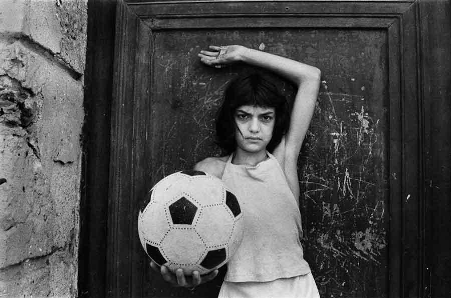 """""""La Bambina con il Pallone"""" di Letizia Battaglia."""