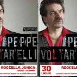 """Peppe Voltarelli in scena con il suo """"Planetario""""."""